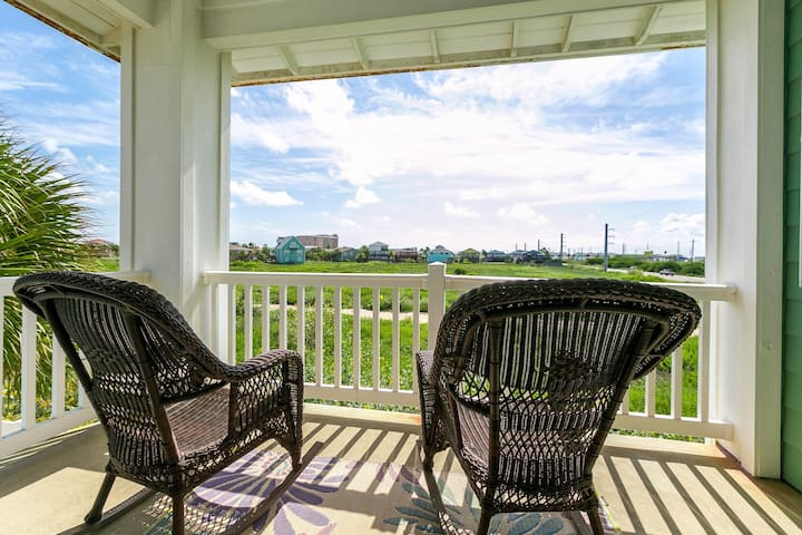 All-Suite Meridian Condo with Pool - Walk to Beach