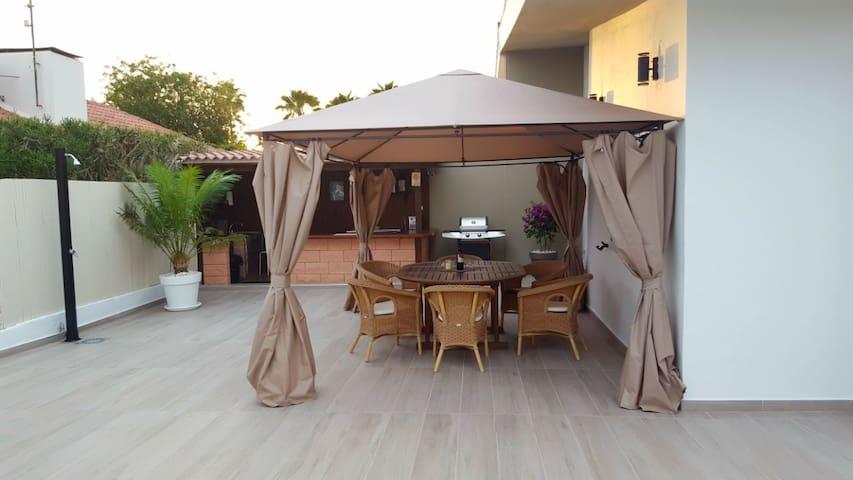 Terrasse mit Pooldusche und Sitzgruppe