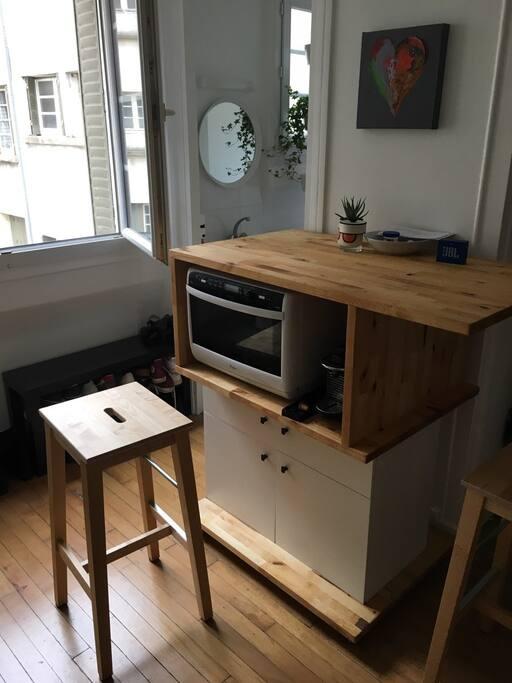 le meuble sur mesure qui sert pour le four mais aussi de bar