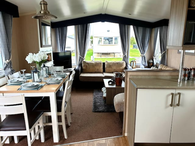 TATTERSHALL LAKES LUXURY HOT TUB CARAVAN