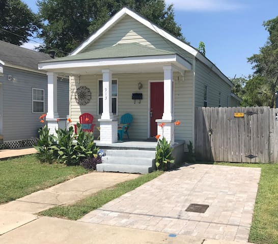 1 Bedroom Downtown Cottage