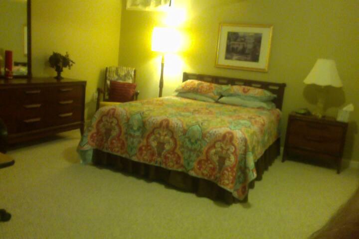 Bedroom for two near historic Fredericksburg & UMW