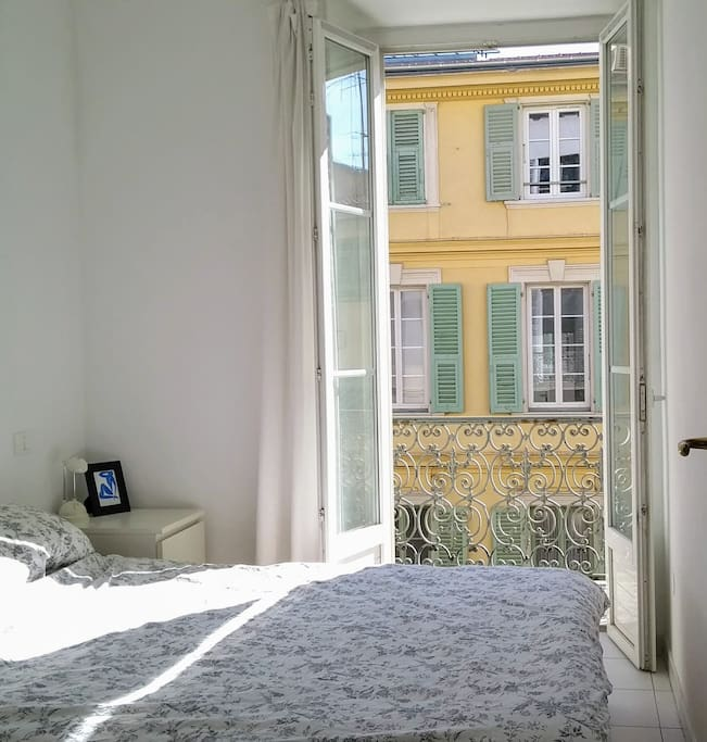 Relax in peace in the separate double bed room - sunny  calm above traffic free, pedestrian zone, Rue Massena
