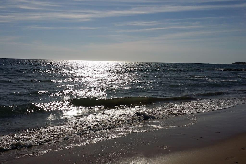 La plage avec accès direct à pied à moins de 100m.