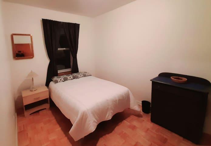 Chambre avec lit double dans grand 6 1/2.