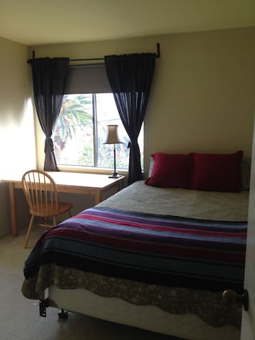Lovely room with queen size bed
