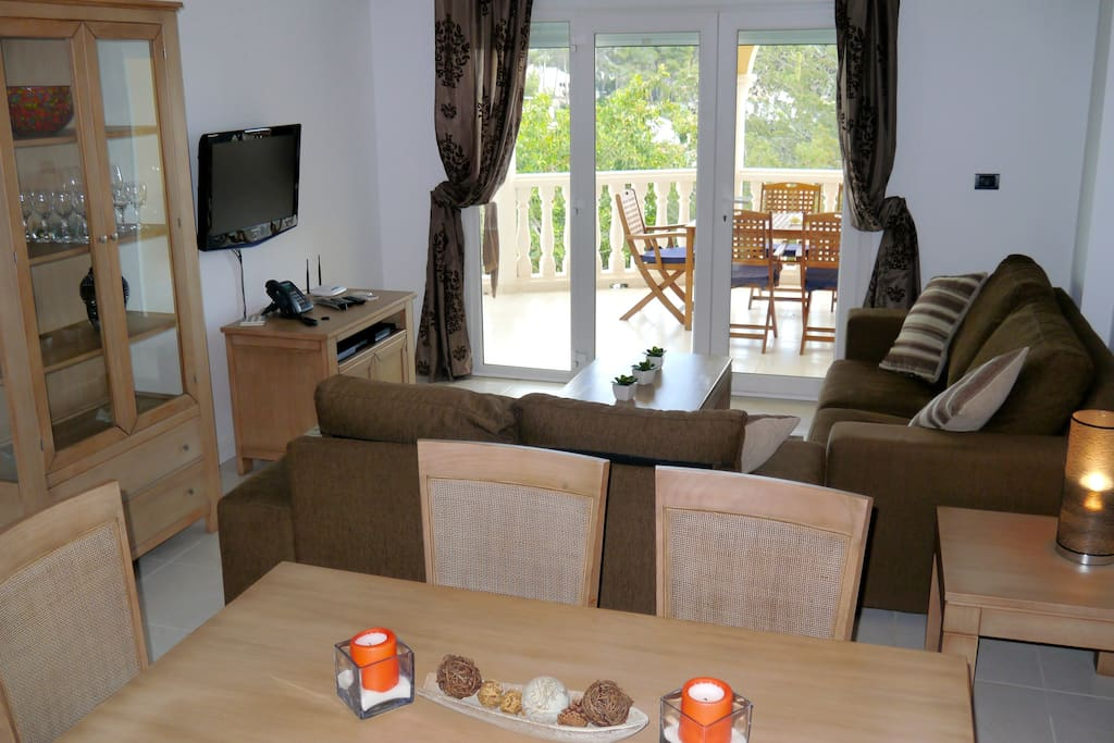 Indoor dining, living room with cable TV, DVD and WI-FI throughout.