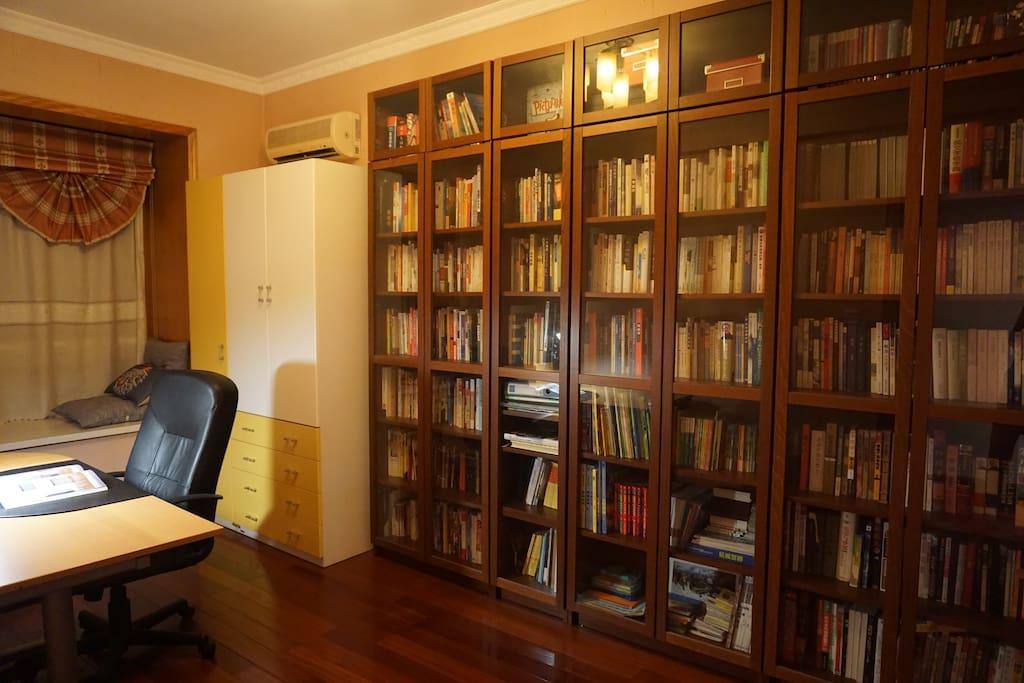 二楼书房,藏书千余,大多为房主夫妇的书,也有幼儿读物