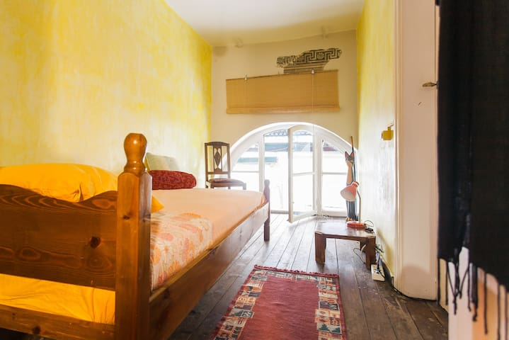 Solo traveler,historic building in CENTRAL Athens - Athina - House