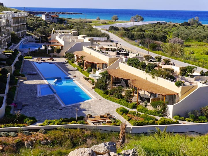 One bed apartment/fabulous Resort 5 mins to  beach