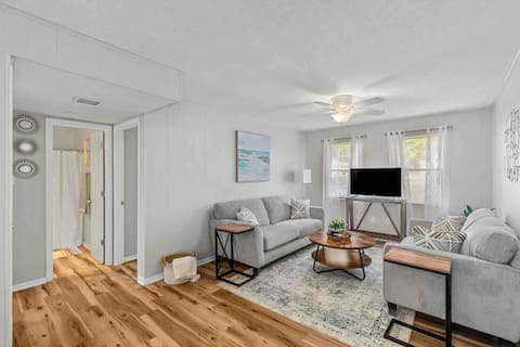 Modern cozy apartment minutes from Camp Lejeune!