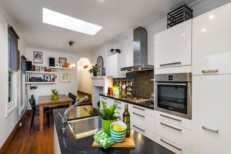 2 bedroom cottage with garden close to city - Stanmore - 一軒家