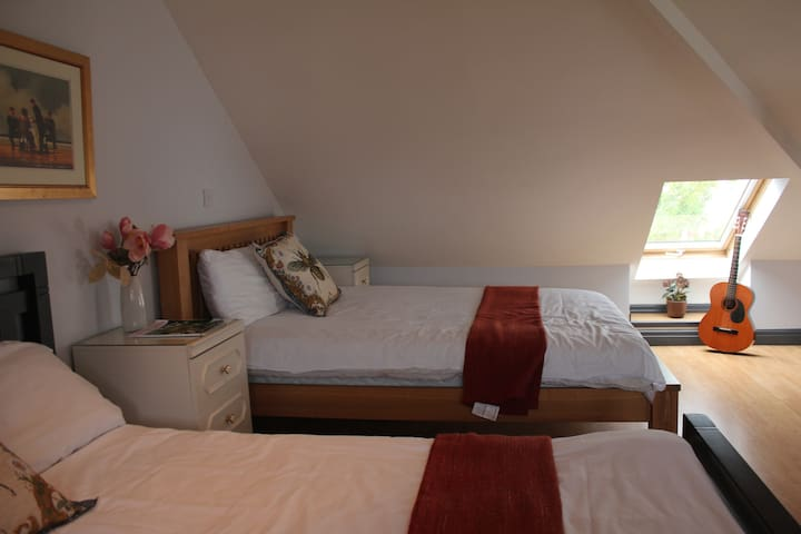 2 Bed Loft conversion+en suite bathroom/4 guests