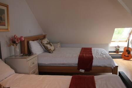 2 Bed Loft conversion+en suite bathroom/4 guests
