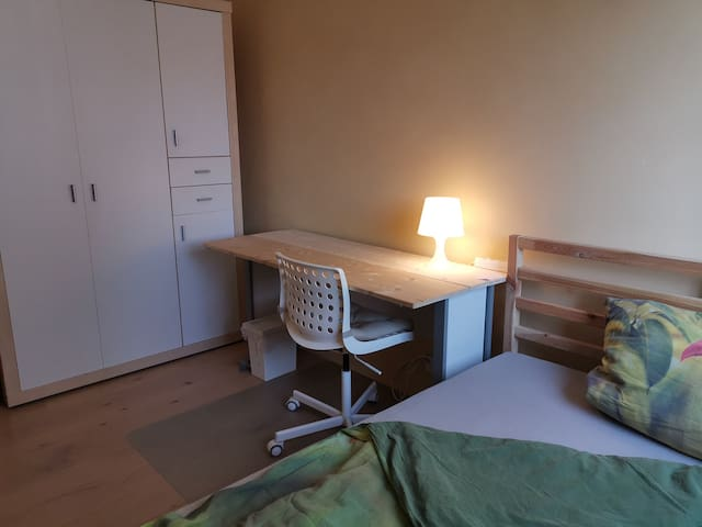 Double bed near airport, stadium & UniKlinik (2)