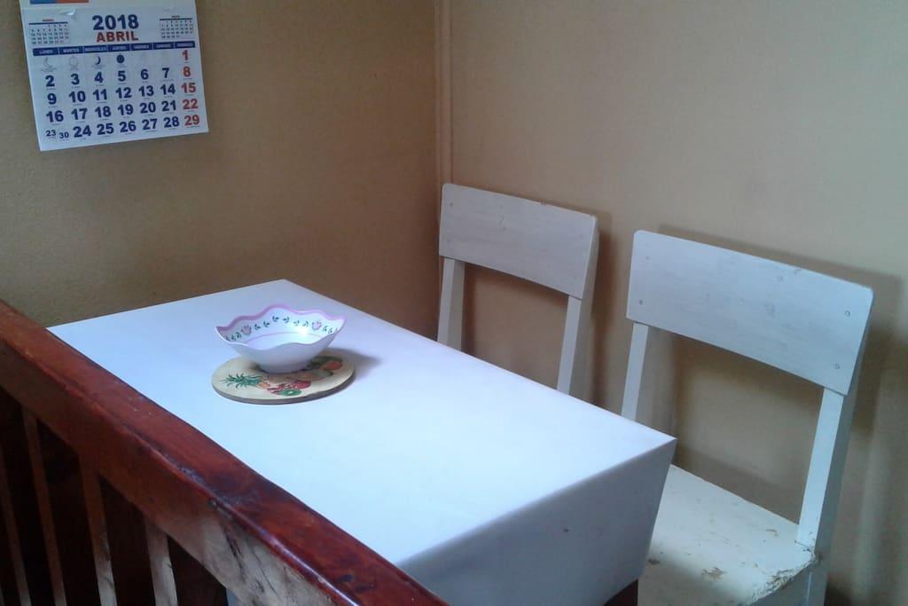 Área de comedor y cocina privados. Dispone de refrigerador, cocina a gas, loza, ollas, tetera, etc.