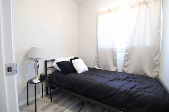 Extra Bedroom with twin bed