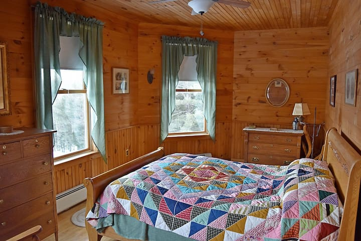 'Mountain Room' (Queen Bed) with Commanding View
