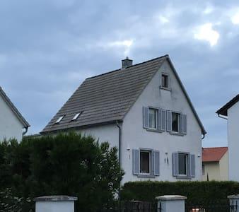 Altes Haus in moderner Metropole - Weiterstadt
