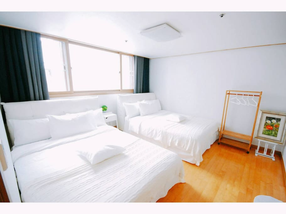 Room 1 : 2 Queen size beds & aircon with bathroom