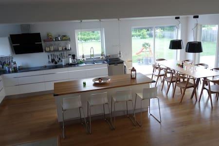 Nybyggd villa i familjärt Visby - ヴィスビー