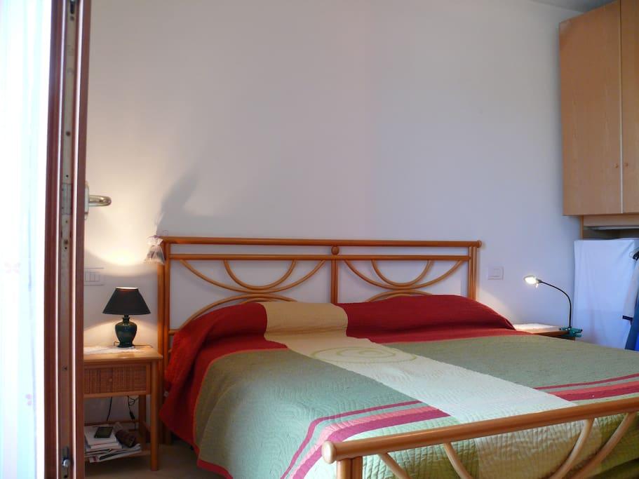 camera da letto con materasso ortopedico e più grande della norma. molto riposante.