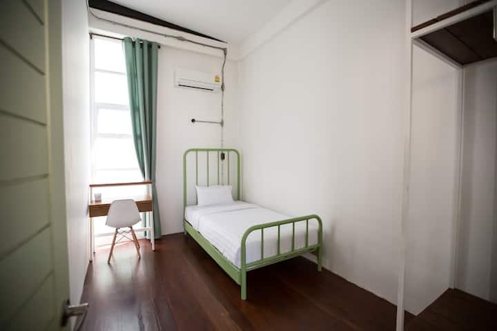 Minimal Single Bed (Shared bathroom)