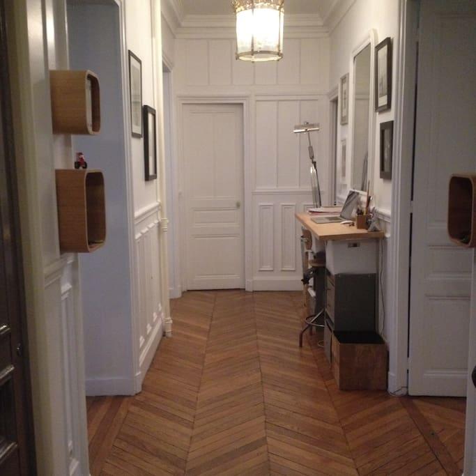 Entrée équipée de vide-poches (pratique pour déposer ses objets personnels) + Bureau architecte face à un grand miroir