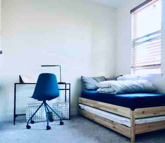 Brand new furnished room near High tech