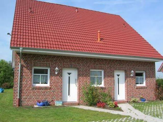 Haus Füürtorn mit Blick zum Leuchtturm Campen - Krummhörn