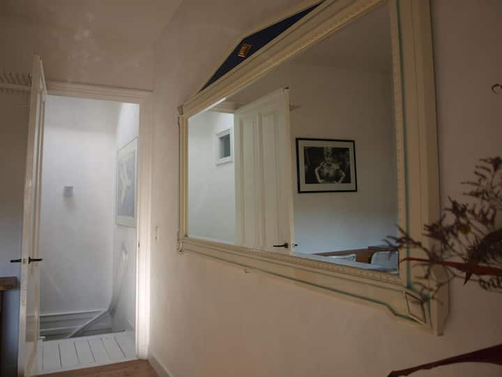 ATMOSPHERIC ROOM + FUNKY BATHROOM