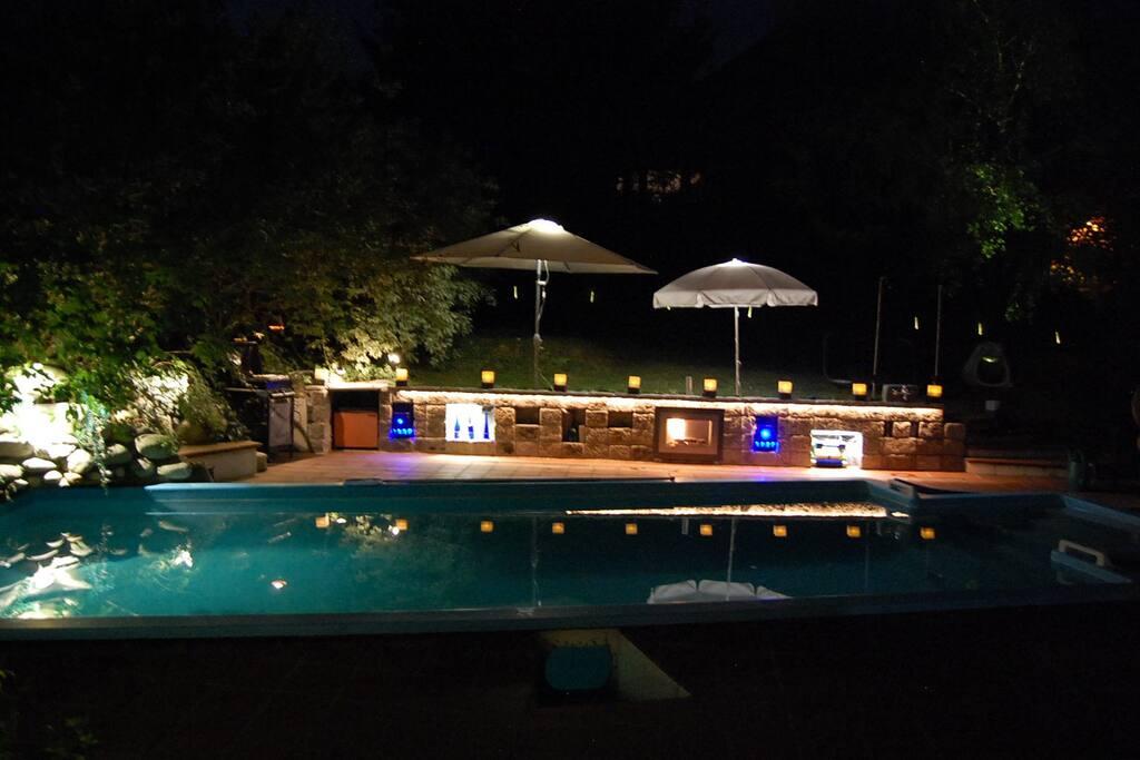Pool bei Nacht mit Barbecue