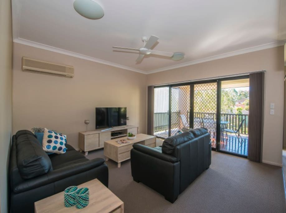 Lounge room with Smart TV, Foxtel & free wifi