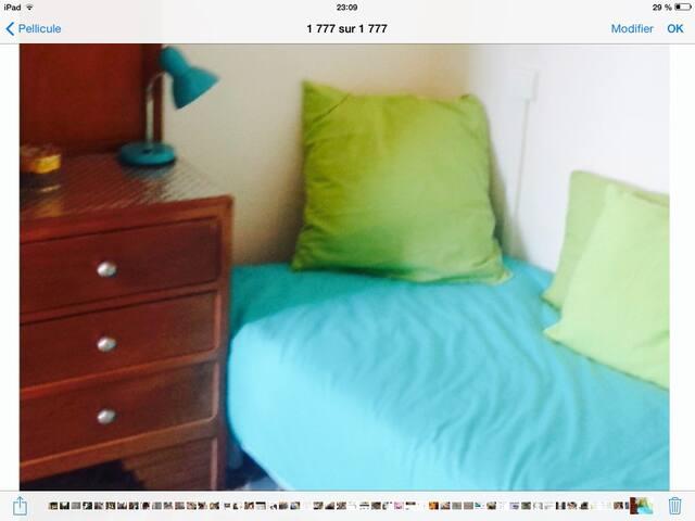 Chambre enfants avec deux lits simples