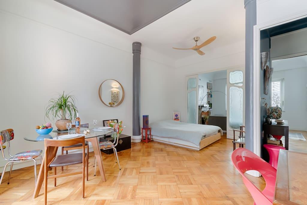 Le lit se trouve dans le salon / The bed is located in the living room