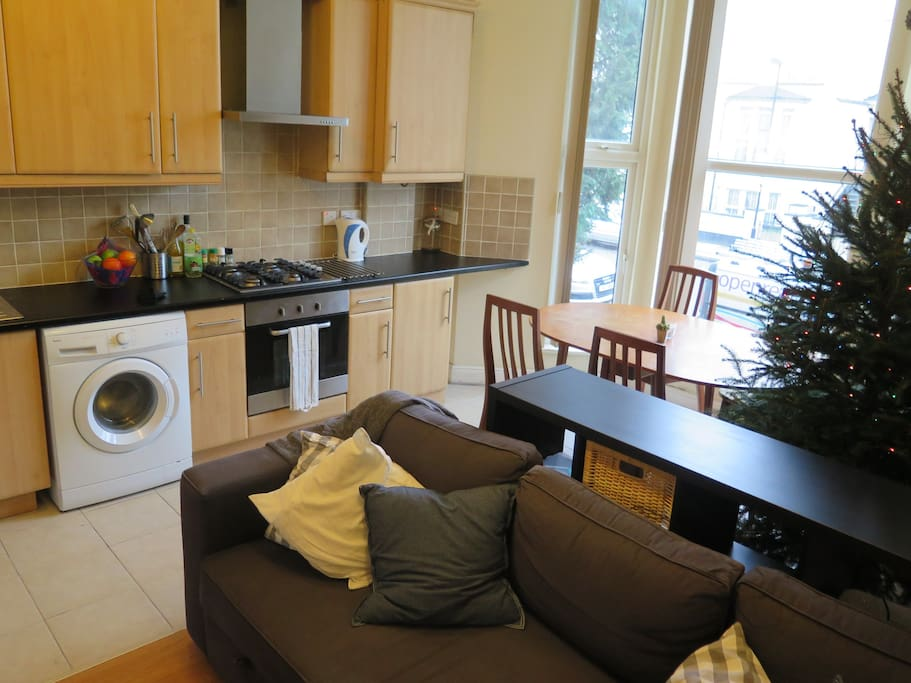 Spacious open plan living / dining / kitchen. Xmas tree winter only!