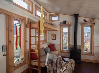 Charming Urban Tiny House B&B - Cochrane
