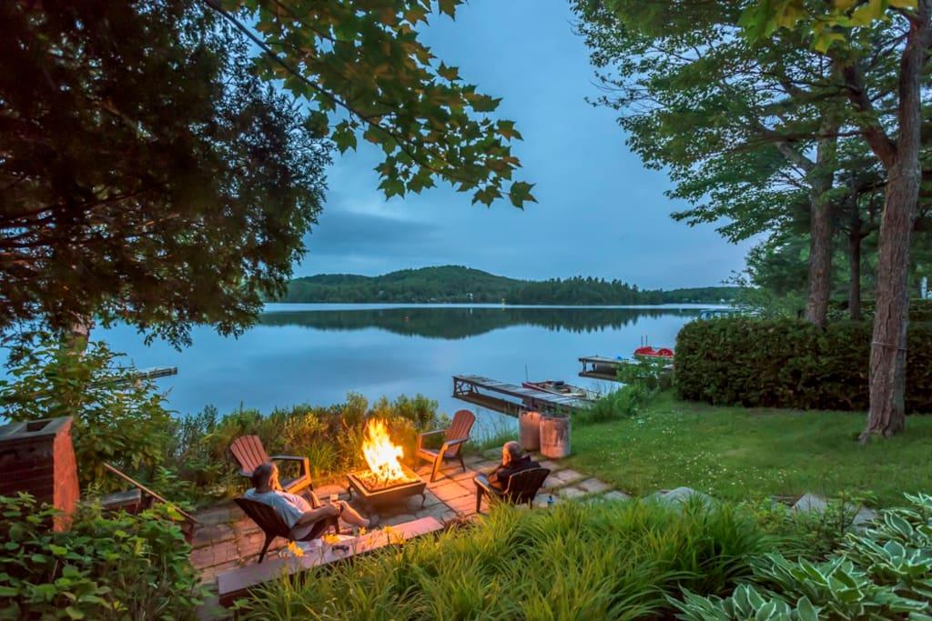 Feu de camp sur le bord du lac