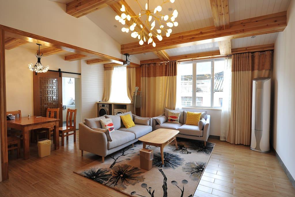 宽大舒适的客厅和餐厅