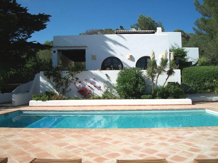 Villa familiale  au calme, piscine privée, jardin
