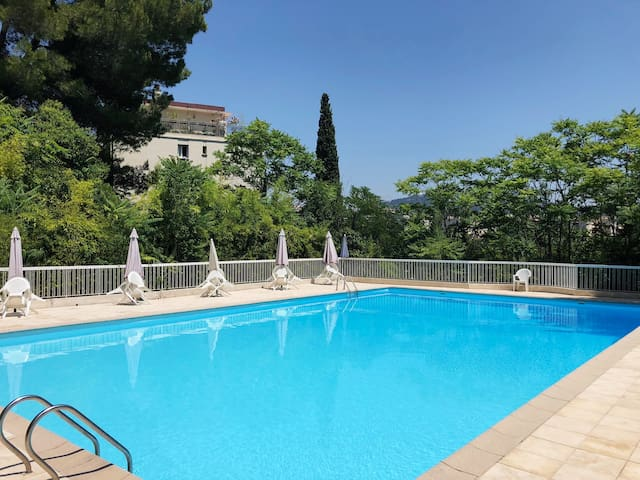Appartement luxueux dans résidence avec piscine.