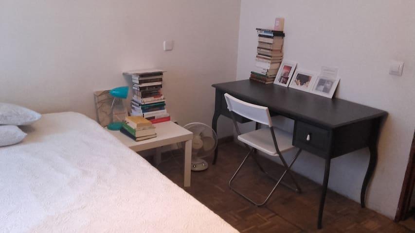 El dormitorio / bedroom