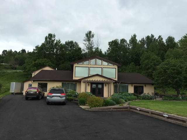 Gatherings - 5 Bedroom Sleeps 13 $595. - Fredericton - Casa
