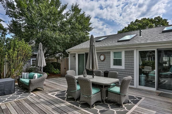#907: Newly Updated, Minutes to Beach & Town, Large Outdoor Private Deck!