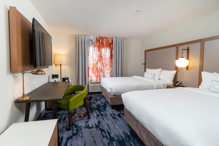 Newly Renovated Hotel Room in Downtown, 2 Queens!