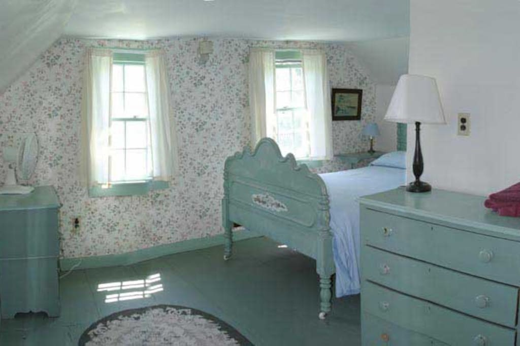 The 2nd floor south bedroom has one double bed
