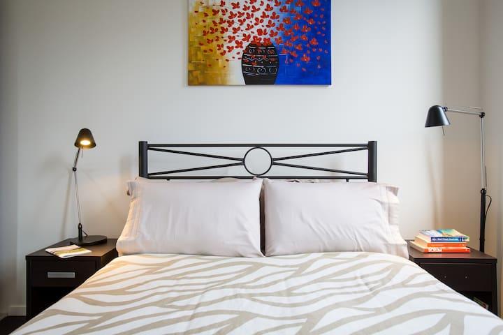 Warm, Inviting and Private Bathroom - Carlton - Apartment