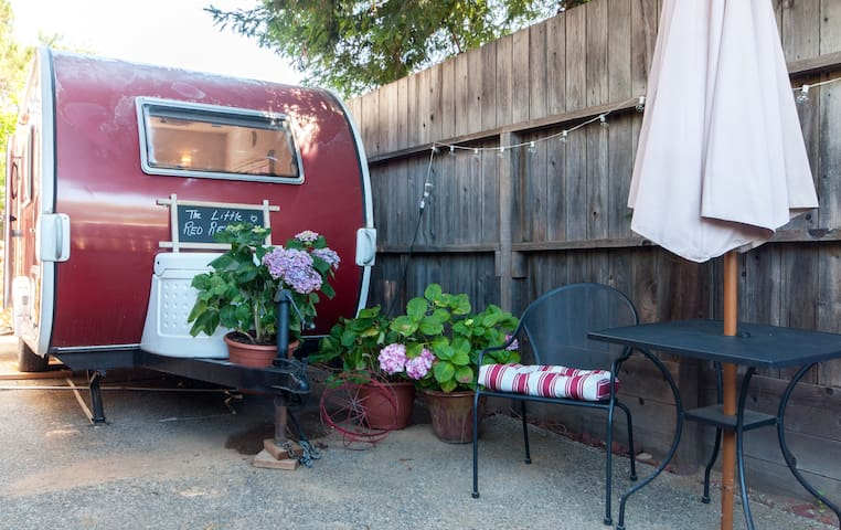 The Little Red Retreat - Novato - Husbil/husvagn