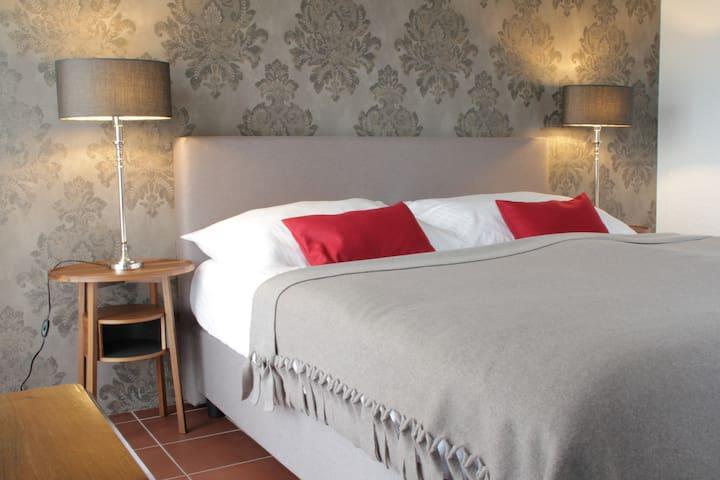 Stilzimmer, schöner Seeblick und Balkon Doppelbett 180cm