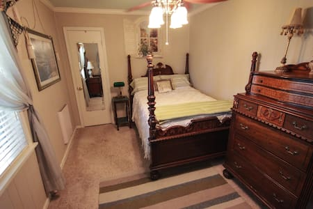 Country Living Bed & Breakfast - Enid